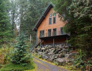 home for sale 7139 Rainier Way. Deming, Washington - Hometaurus