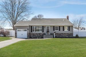home for sale 816 Tanglewood Rd.. West Islip, New York - Hometaurus