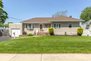 home for sale 560 Center Dyre Avenue. West Islip, New York - Hometaurus