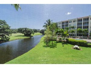 3600 Oaks Clubhouse Dr #207. Pompano Beach, Florida - Hometaurus