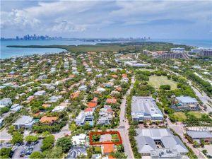 570 Fernwood Rd.. Key Biscayne, Florida - Hometaurus